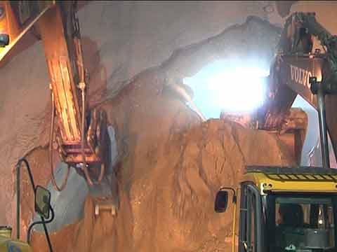 Video: «Batù  tres l tunel a sud dla zircunvalazion de Persenon»