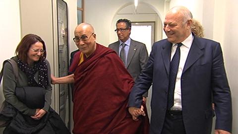 Video: «Pest dla mendranzes al Dalai Lama per avëi cumbatù zënza viulënza»